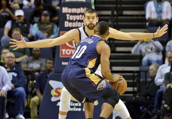 Marc Gasol (c), de Grizzlies de Memphis, defiende ante el guardia Eric Gordon (10), de Pelícanos de Nueva Orleans en un partido de la NBA jugado el 3 de noviembre. (Foto: AP)