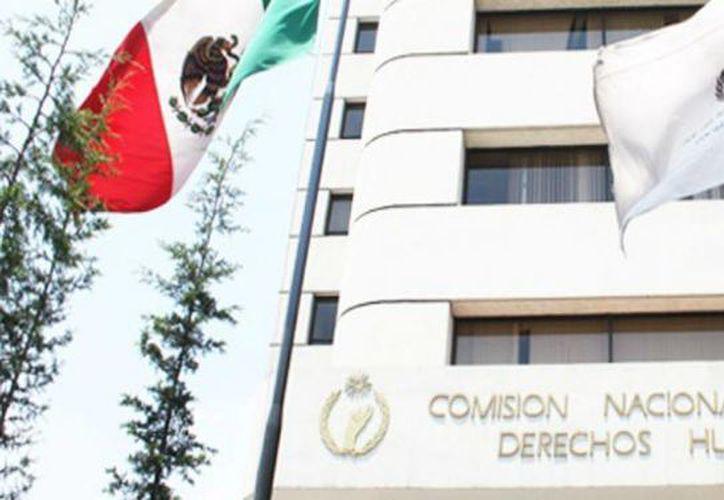 la CNDH realizará un ajuste del 15 por ciento en la partida de sueldos y salarios del personal de mando superior. Imagen de contexto del edificio de esta dependencia en la Ciudad de México. (Archivo/Agencias)