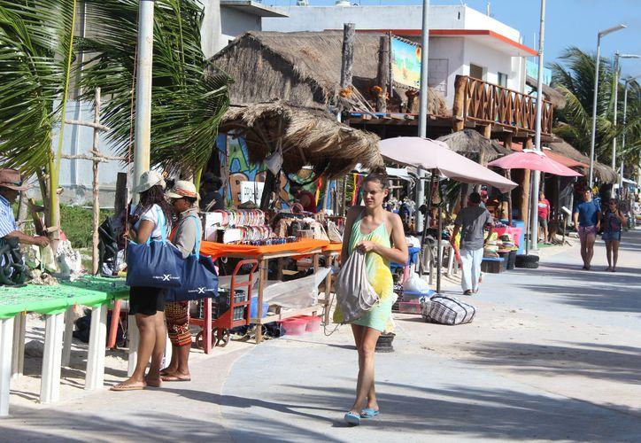 Durante las vacaciones, con la llegada de más visitantes, se incrementa la cantidad de basura en Mahahual. (Joel Zamora/SIPSE)