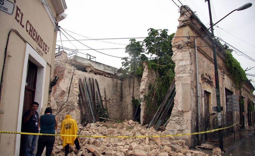 La pared y techo de un predio, frente a la Casa del Pueblo, se colapsaron durante el aguacero de esta tarde. (Jorge Pallota/SIPSE)