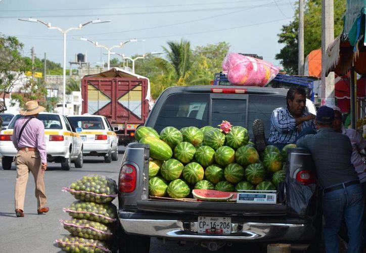 Vendedores tendrán que respetar un horario de venta y ya no podrán estacionar sus camionetas sobre la avenida CNC. (Gerardo Amaro/SIPSE)