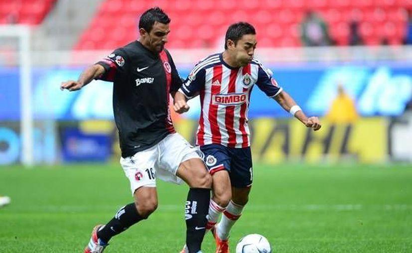 Marco Fabián (d) regresó a la titularidad con Chivas. (Mexsport)