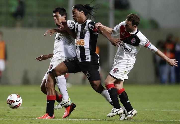 Ronaldinho (c), tratará de ayudar al Mineiro a ser campeón de América por primera vez para él y para su equipo.  (Agencias)