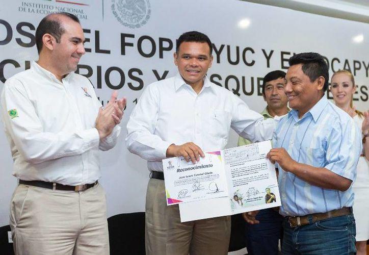 En esta ocasión Zapata Bello (c) entregó cerca de cuatro millones de pesos en créditos del Foproyuc y del Focapy. (Cortesía)