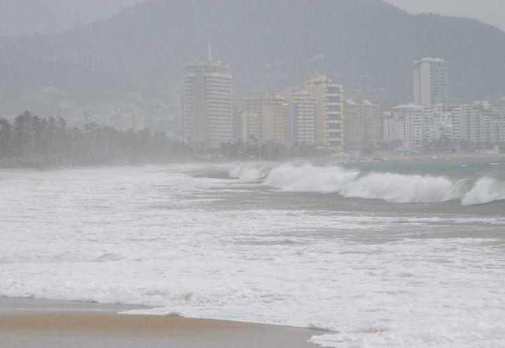En Guerrero, la tormenta tropical 'Carlos' ha causado apagones y fuerte oleaje en el puerto de Acapulco. (Notimex)