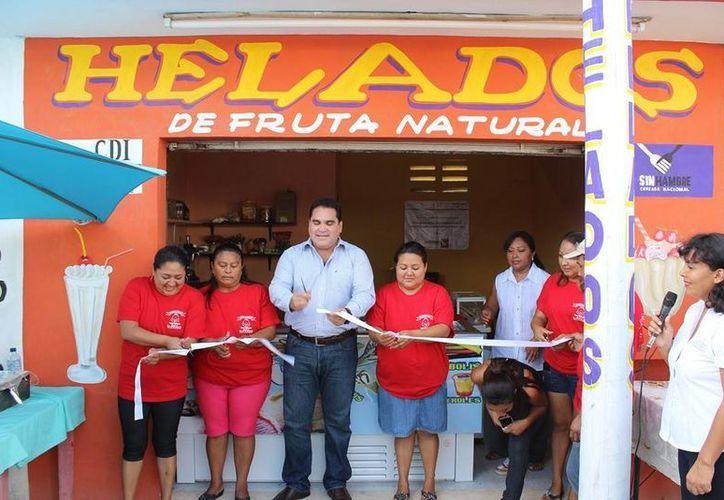 El delegado de la CDI, Jesús Vidal Peniche, inaugura la nevería El Angelito, en Kanasín. (SIPSE)