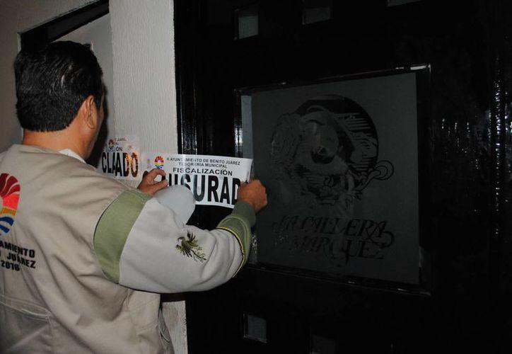 Personal de fiscalización colocó los sellos. (Eric Galindo/SIPSE)