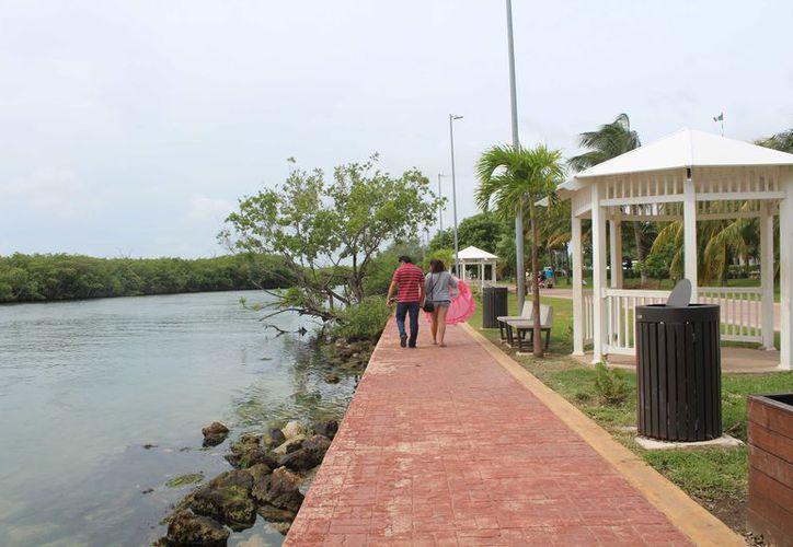 La laguna abarca desde Punta Cancún a Punta Nizuc y dentro de la misma está el área natural protegida Manglares de Nichupté. (Ivette y Coz)