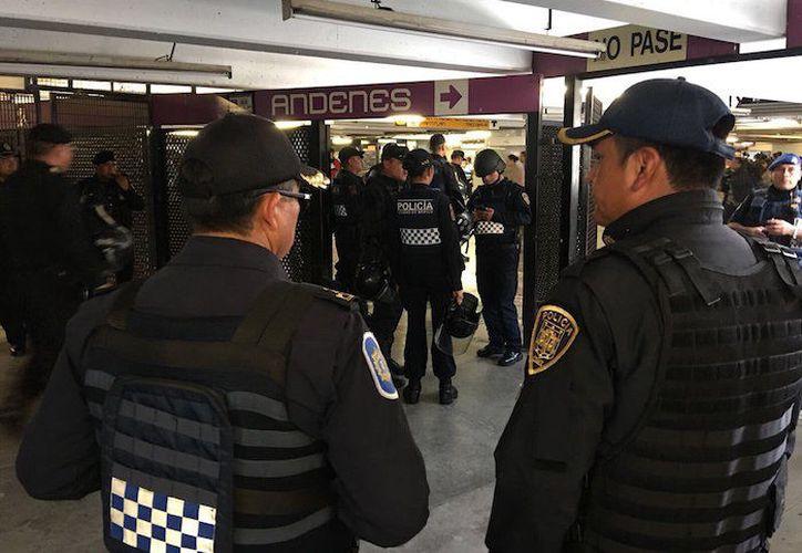 Una veintena de personas fueron detenidas por ser sorprendidas vendiendo marihuana en el metro de la Ciudad de México. (Sin Embargo)