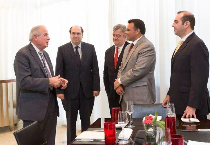 La comitiva encabezada por el gobernador de Yucatán, Rolando Zapata Bello, en reunión con el alcalde de Miami, Tomás Pedro Regalado y Valdez. (SIPSE)
