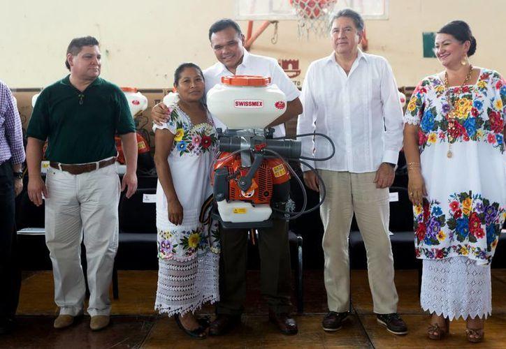 Imagen del gobernador Rolando Zapata Bello al entregar aspersoras a personas de Tekax, como parte de un millonario apoyo al campo para combatir plagas. (Milenio Novedades)