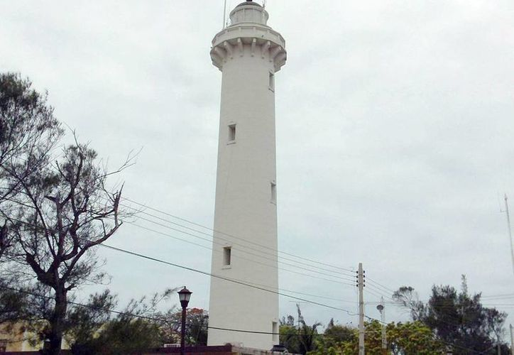 El faro del puerto de Progreso, con 122 años de antigüedad, opera con haz de luz. (Archivo/SIPSE)