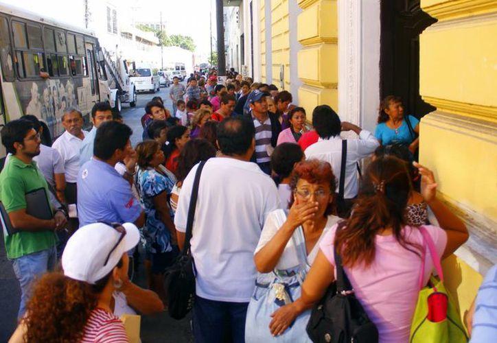 Desde temprana hora decenas de personas formaron fila en las oficinas de la Sedesol estatal. (Juan Albornoz/SIPSE)
