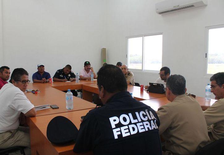 Las autoridades se reunieron con representantes de cooperativas pesqueras. (Raúl Balam/SIPSE)