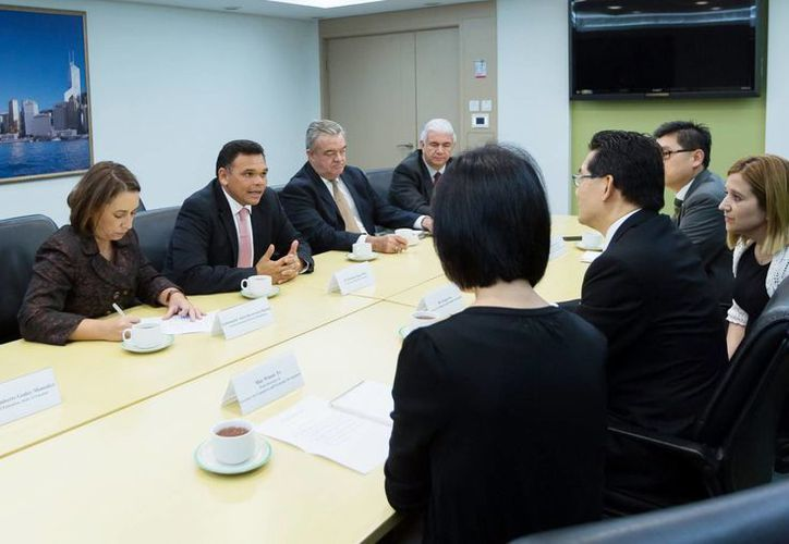 El Gobernador durante un encuentro con el secretario de Comercio y Desarrollo Económico de Hong Kong, Gregory So, en donde expuso que Yucatán está preparado para brindar servicio tecnológico de alto nivel. (Milenio Novedades)