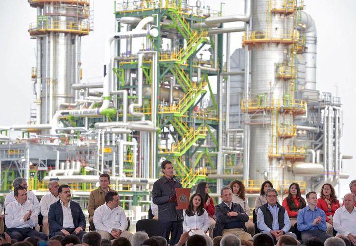 Peña Nieto dijo que la reforma energética ha permitido que empresas decidan invertir y 'jugársela' con México. (Presidencia)