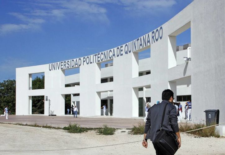 Estudiantes de la Universidad Politécnica de Quintana Roo hacen los últimos ajustes a sus prototipos. (Redacción/SIPSE)