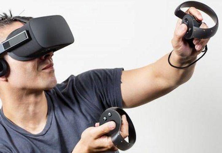 El Oculus Rift, la nueva apuesta de Facebook, es un visor-auricular de realidad virtual para simular la sensación de tacto y de gesticulación. (muycomputer.com)