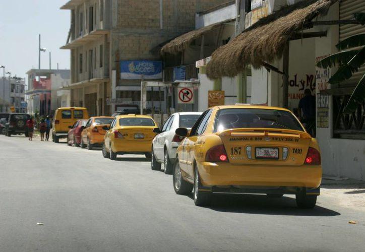 Apesar del crítico panorama al que se enfrentan los taxistas en Majahual, no han considerado un aumento en las tarifas. (Archivo/SIPSE)