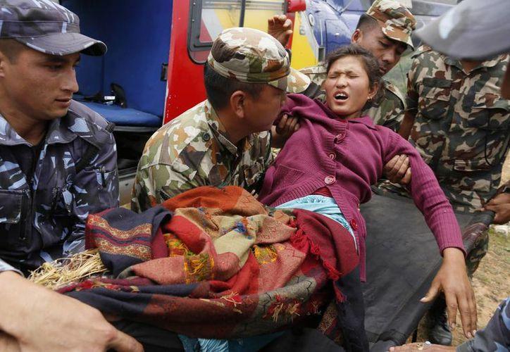 A muchas localidades nepalesas solo era posible acceder por aire, ya que los deslaves bloquearon los caminos y carretras de acceso. (AP)