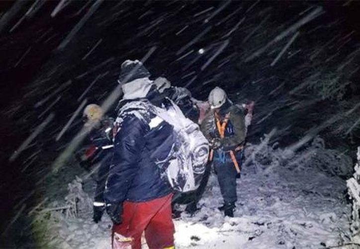 Momento del rescate de la comitiva presidencial y tripulación. (Foto: AP)