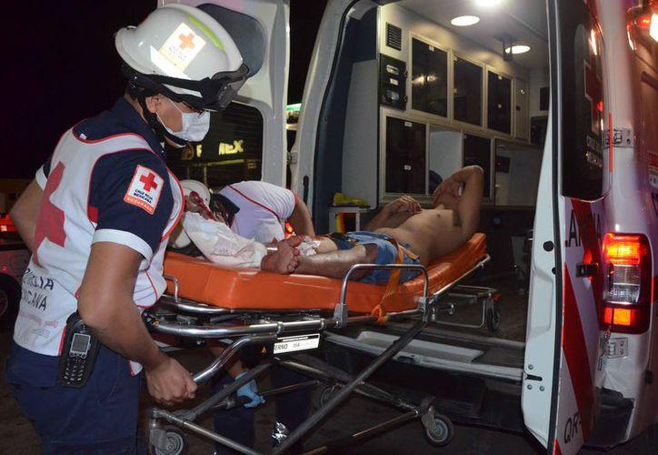 Paramédicos de la Cruz Roja lo trasladaron al hospital. (Redacción)