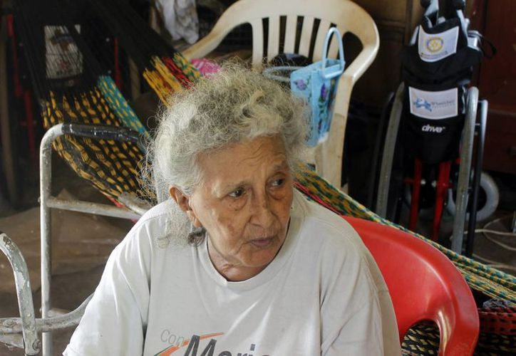 Angelina García Reyes está a cargo de su único hijo de 55 años. (Israel Leal/SIPSE)