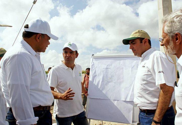 El gobernador Rolando Zapata Bello y el secretario de Desarrollo Rural, Felipe Cervera Hernández, reciben explicaciones de los trabajos en el oriente de Yucatán. (SIPSE)