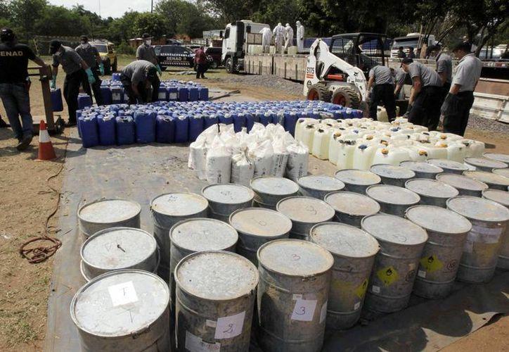 Vista de tambores y bidones con químicos que se usan para la elaboración de cocaína. (EFE/Archivo)