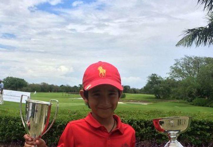 El golfista yucateco Alejandro Fierro, del Yucatán Country Club, con los trofeos a los que se hizo acreedor. (Cortesía)