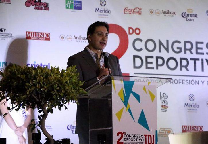 El comentarista Enrique Burak participó en el evento, ayer en el Centro de Convenciones Siglo XXI. (José Acosta/SIPSE)