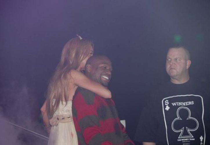 Lohan llegó disfrazada de carrie; su fiel compañero de esa noche, Floyd Mayweather Jr., se disfrazó de Freddy Krueger (huffingtonpost.com)
