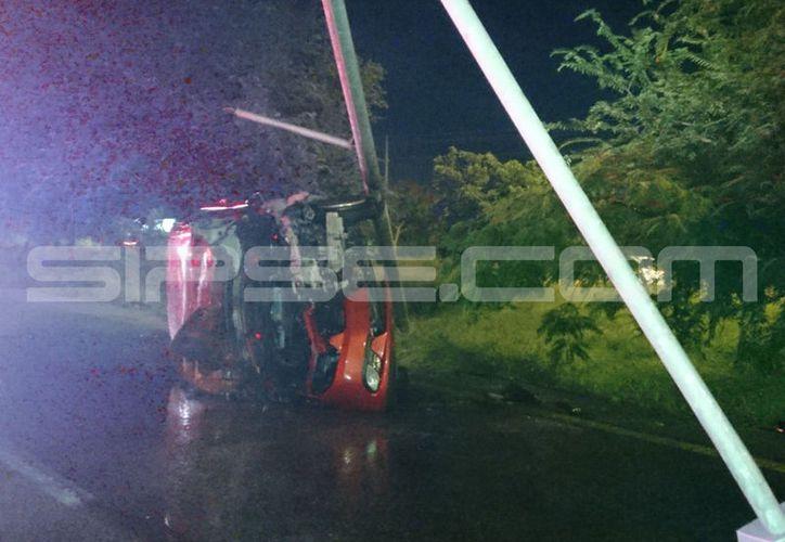 Policía Estatal combatieron el incendio del automóvil, cerrando también ese tramo del Periférico por más de dos horas. (SIPSE)