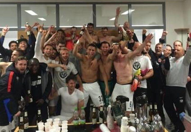 Marco Fabián y el Eintracht Frankfurt aseguraron una temporada más en la Primera División de Alemania tras derrotar al Núremberg de Segunda División. (Twitter: @Eintracht_News)