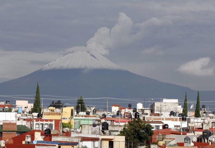 Se mantiene la prohibición de acercarse a menos de 12 kilómetros del cráter del Popocatépetl. (Notimex)