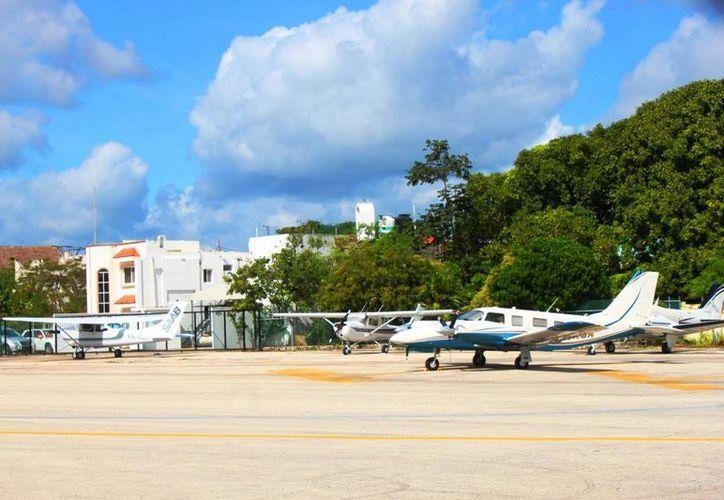 Las empresas que ofrecen viajes en avionetas estiman que sus ventas caerán 50% en el nuevo aeródromo de Playa del Carmen. (Daniel Pacheco/SIPSE)