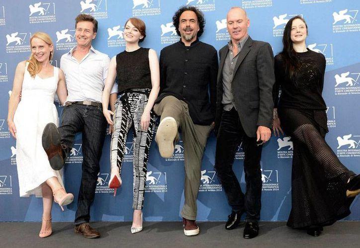Los actores (de izq. a der.) Amy Ryan, Edward Norton, Emma Stone, el director mexicano Alejandro González Iñárritu, y los actores Michael Keaton y Andrea Riseborough posan el pase gráfico de la nueva película 'Birdman', en la inauguración del 71º Festival Internacional de Cine de Venecia. (Efe)