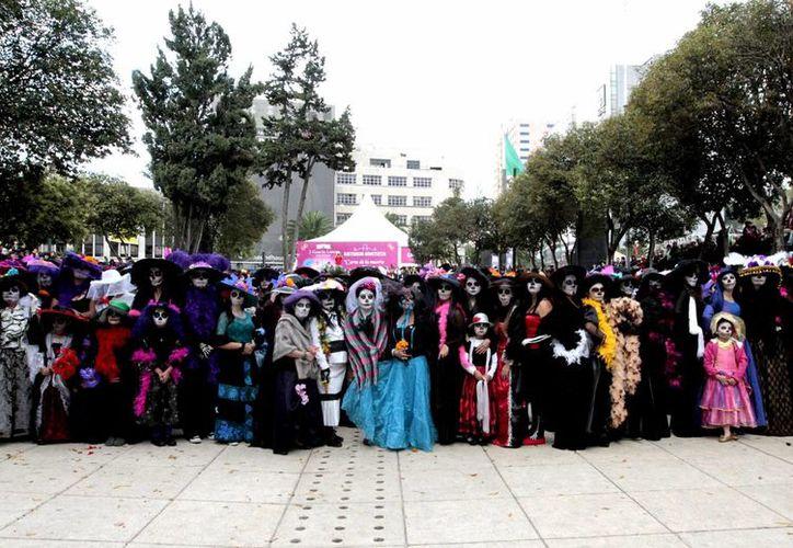 Las 'catrinas' se concentraron en el Monumento a la Revolución en la ciudad de México, donde se avaló el número que permitió otorgar el Récord Guinness, el sábado 1 de noviembre de 2014. (Foto: Notimex)