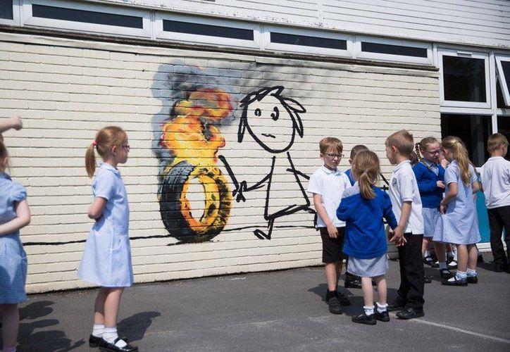La obra de Bansky 'convive' con los niños de la escuela en Bristol, Inglaterra. (Tomada de nydailynews.com)