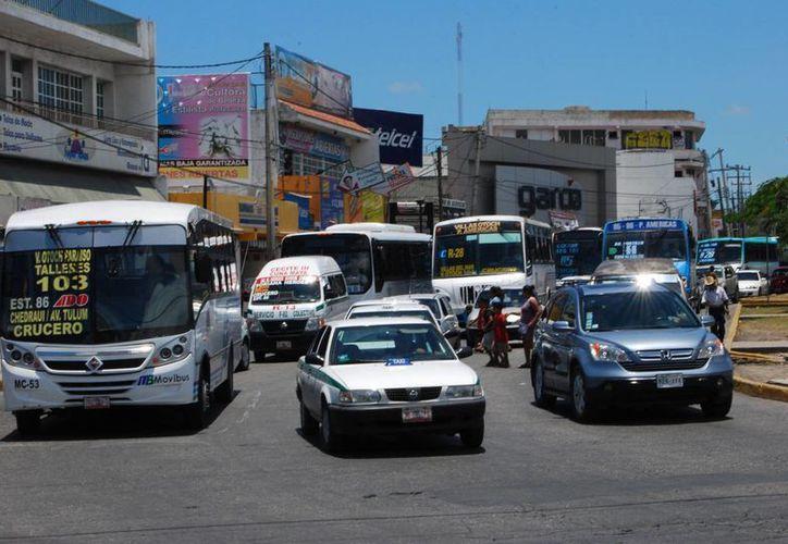 El tráfico en la avenida Tulum se ha vuelto caótico para quienes utilizan transporte público. (Tomás Álvarez/SIPSE)