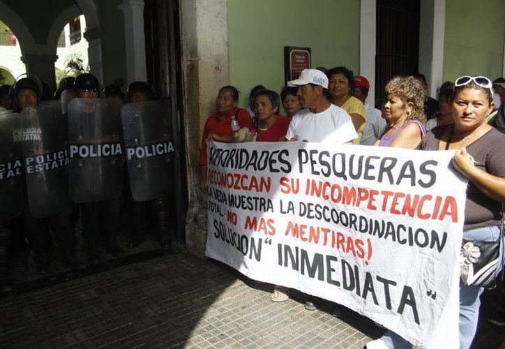 La protesta de pescadores el pasado lunes en Mérida, por la veda del pepino de mar. (Christian Ayala/SIPSE)