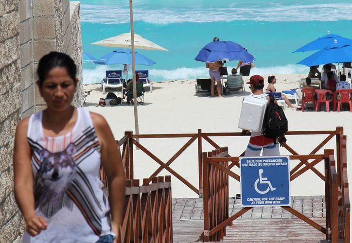 Hasta la fecha sólo hay 20 sillas de playa disponibles para las personas con discapacidad que visitan los arenales. (Jesús Tijerina/SIPSE)