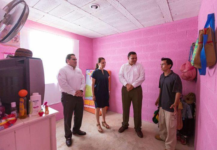 El gobernador Rolando Zapata y la directora de la Comisión Nacional para el Desarrollo de los Pueblos Indígenas (CDI), Nuvia Mayorga, otorgaron en comunidades indígenas casas-habitación y certificados, además de inaugurar obras de electrificación. (SIPSE)