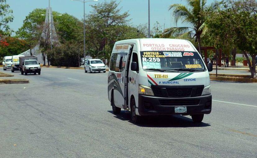 Los choferes deben respetar los límites de velocidad y no llevar gente parada. (Karim Moisés/SIPSE)