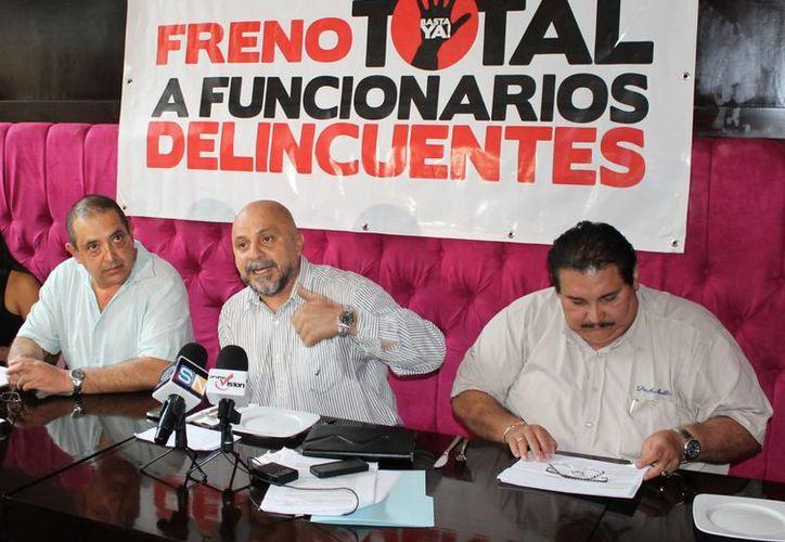 Antonio Cervera León, Miguel Ángel Pech Cen y Sergio Anguiano Soto, en una conferencia. (Jesús Tijerina/SIPSE)