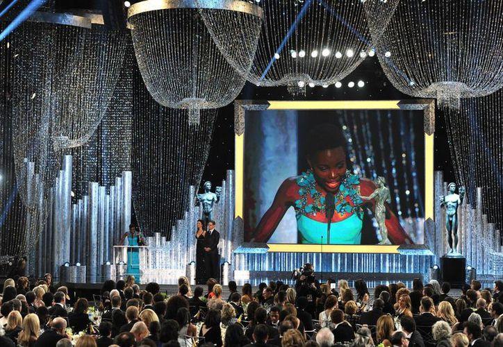Lupita Nyong'o se mostró muy emocionada al recoger su premio como mejor actriz de reparto. (Agencias)