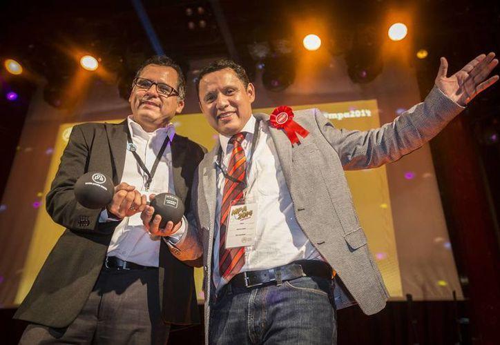 """Los mexicanos Aarón y César García López, creadores de la aplicación """"Mis Reuniones"""" ganaron el Premio a la Mejor Audiencia de los Mobile Premier Awards, en el marco del Congreso Mundial de Móviles Barcelona 2014. (Notimex)"""