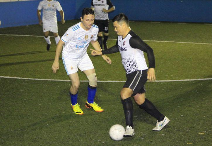 Las escuadras de Amaranto FC, Pollería Chetus y Cuervos de Ervisur, mantienen un triple empate en el Grupo 1 de la Segunda Fuerza. (Miguel Maldonado/SIPSE)