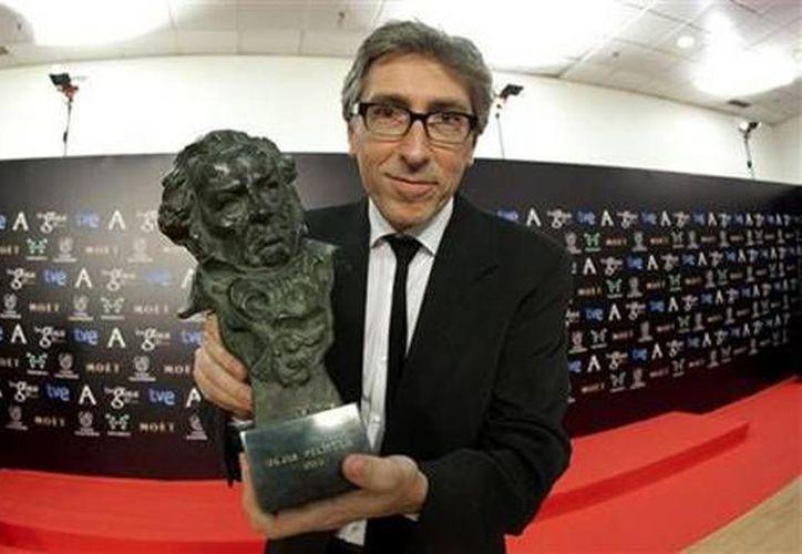 """David Trueba posa tras ganar el Goya al mejor director por """"Vivir es fácil con los ojos cerrados"""". (Agencias)"""