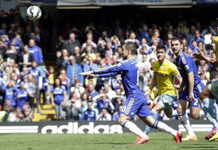 Momento en que el belga Eden Hazard anota el gol de la victoria y del campeonato para Chelsea ante el Crystal Palace. (Foto: AP)